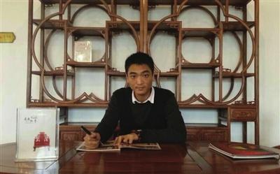 其父是一位精通红木家具设计与雕刻的老艺人