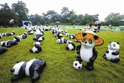 """""""珍爱地球,保护动物—1600只大熊猫世界之旅""""杭州站的展览在杭州西湖"""