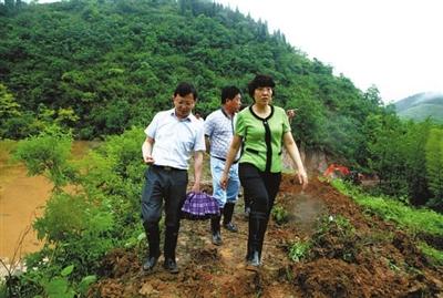陈进等市县领导在桂花泉镇破冲口水库防汛