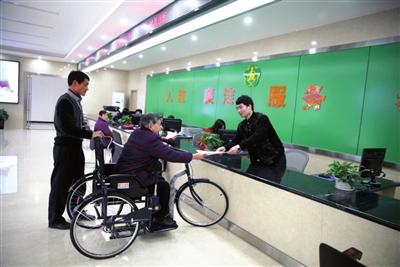日前,崇阳县政务服务残联分中心大厅内,工作人员正在为前来办证的图片