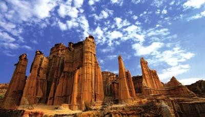 主要有石林风景区,黑松岩(乃古石林)风景区,飞龙瀑(大叠水)景区等.