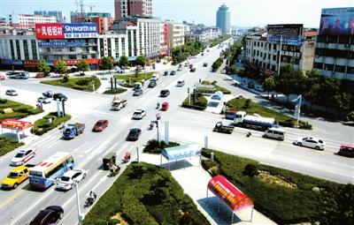 城区道路行人风景图片