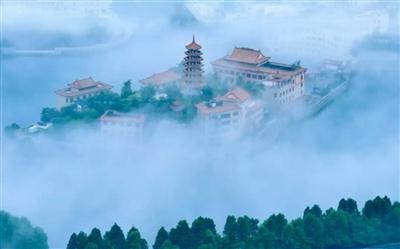 九宫山风景区位于咸宁市通山县境内,横亘鄂赣边陲的幕阜山脉中段