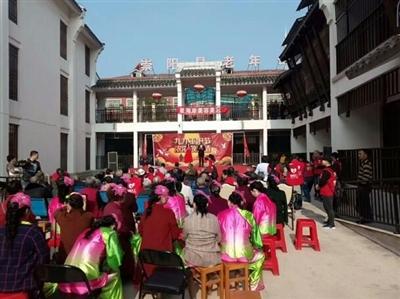 为弘扬中华民族尊老敬老的传统美德,10月17日上午,通城县实验幼儿园
